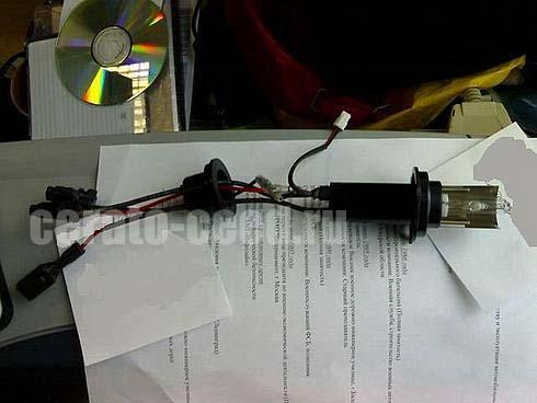 Устанавливаем лампу и подключаем разьемы от ламты и переходника (что в фаре уже стоит) там провод крассного цвета и...