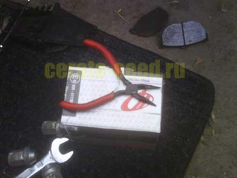 Замена задних тормозных колодок (kia CERATO)